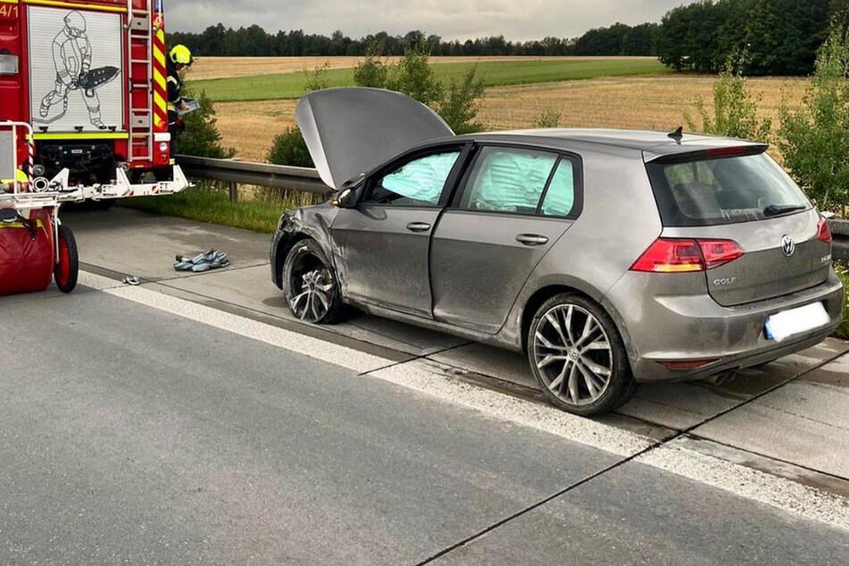 Stark beschädigt steht der VW-Golf am Straßenrand der A9.