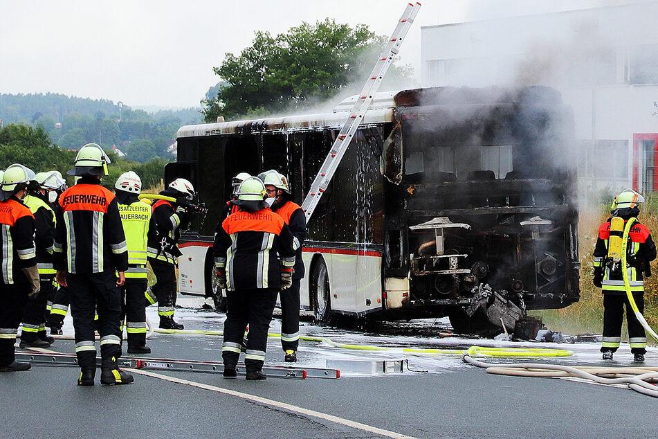 Motor platzt auf Bundesstraße: Linienbus geht in Flammen auf