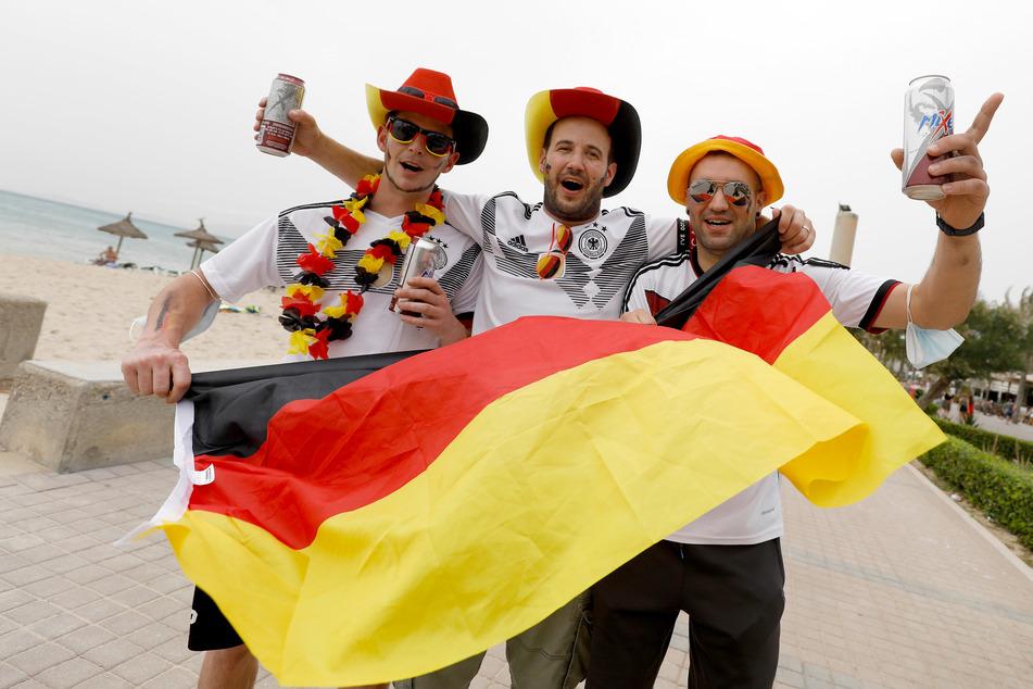 Deutsche Touristen in Palma bejubeln den Sieg der deutschen Mannschaft.