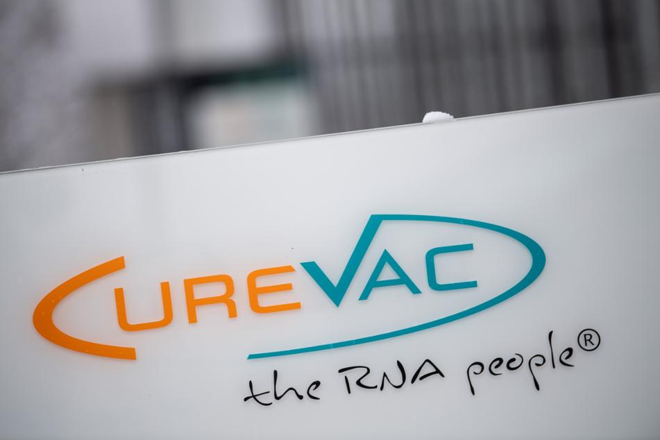 """Das Logo des Biotech-Unternehmens Curevac mit dem Slogan """"the RNA people"""" steht an der Unternehmenszentrale in Tübingen."""