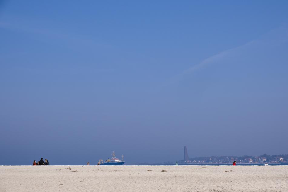 Strandbesucher verbringen den Tag bei Frühlingswetter am Falckensteiner Strand.