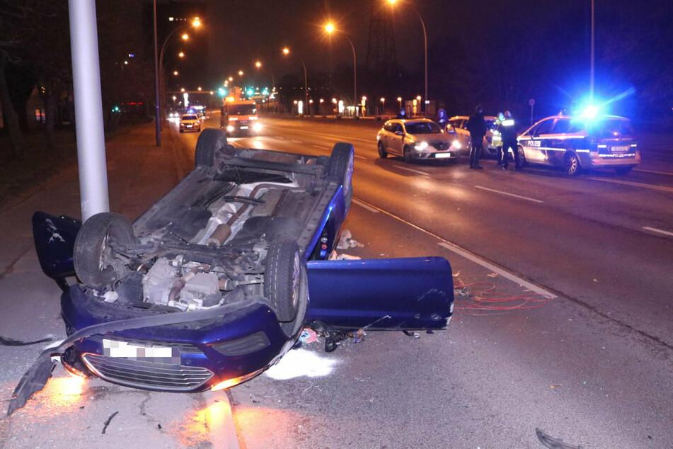 Ein Auto landete bei dem Crash auf dem Auto.