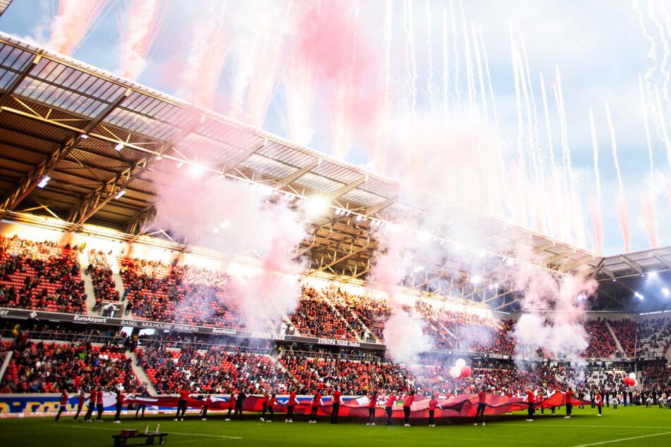 Bei einem Testspiel gegen den FC St. Pauli hat der SC Freiburg das neue Stadion eingeweiht.
