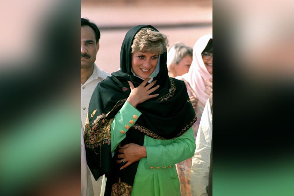 Lady Diana, Prinzessin von Wales, bei einem Besuch der Badshahi-Moschee in Lahore (Pakistan) im Jahr 1991.