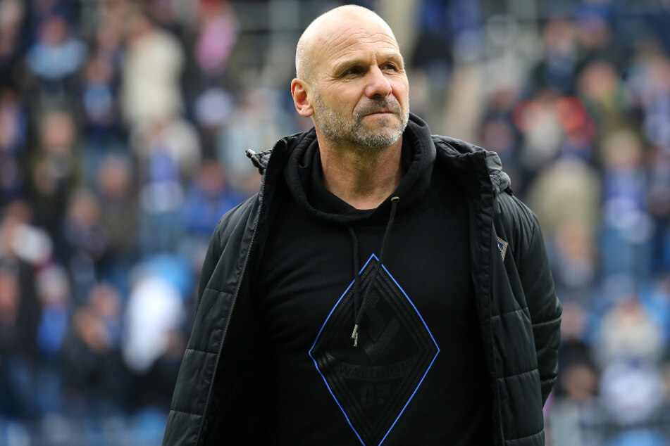 Bernhard Trares könnte mit dem SV Waldhof Mannheim den Durchmarsch von der Regionalliga in die zweite Bundesliga schaffen (Archivbild).