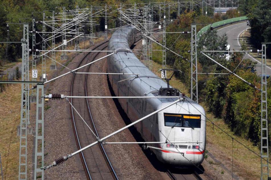 Ein ICE fährt bei Wiesental auf der Schnellstrecke Mannheim-Stuttgart.