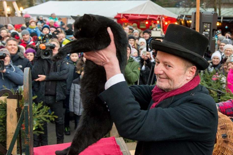 Das Katzenspeck-Orakel: vor Hunderten Schaulustigen sagte Jens Lommatzsch (57) mit seinem Kater Nero (6) das Winterwetter voraus.