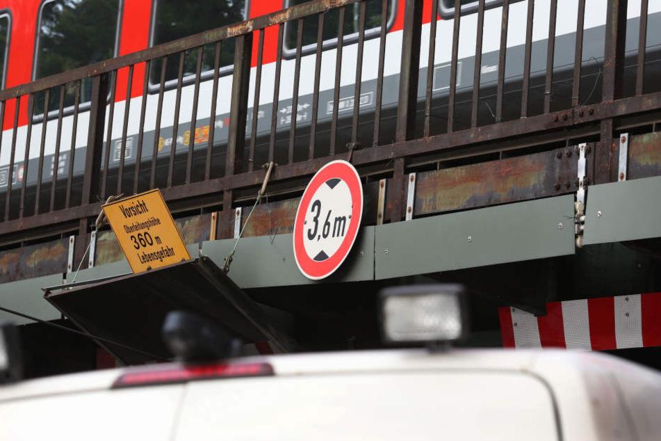 Der Fahrer schätzte die Höhe der Bahnunterführung falsch ein. (Symbolbild)