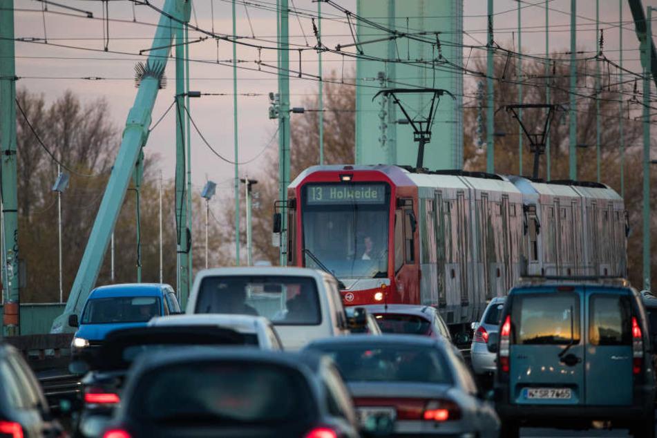 In Köln sind die Luftwerte am Clevischen Ring zu hoch, Autos sorgen für belastete Luft.