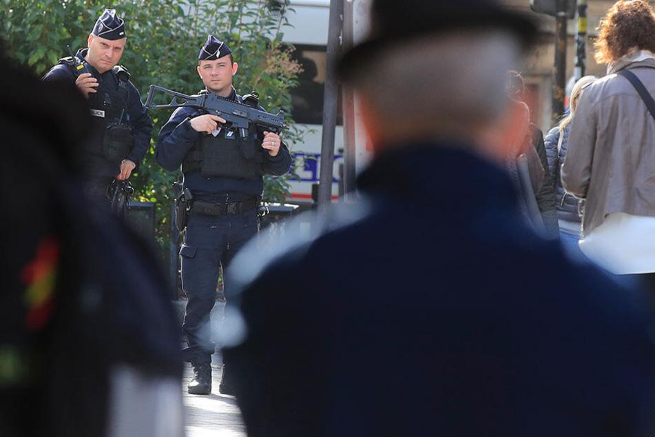 Polizeibeamte patrouillieren am Freitag mit Gewehren vor dem Polizeipräsidium.