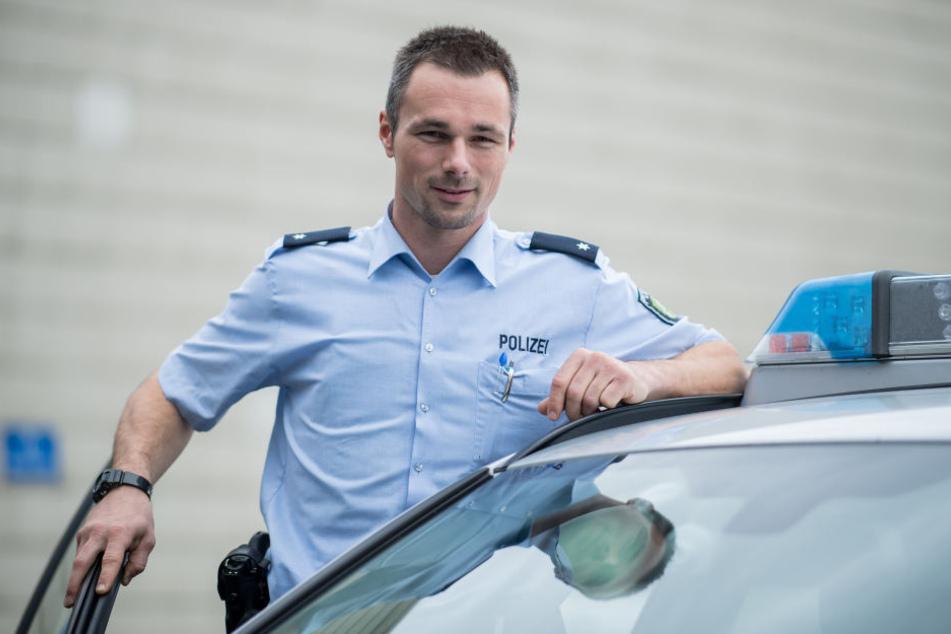 Mittlerweile steigt der 35-Jährige als Kommissar bei der Polizei in den Streifenwagen.