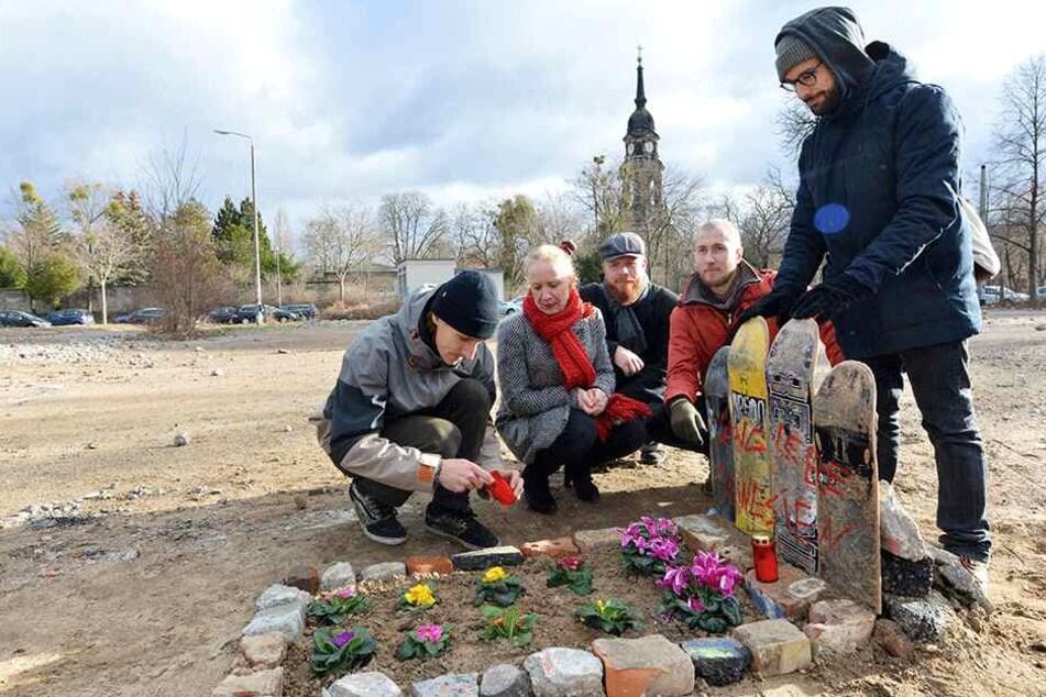 Dieses Grab erinnert an die Skateranlage in der Johannstadt
