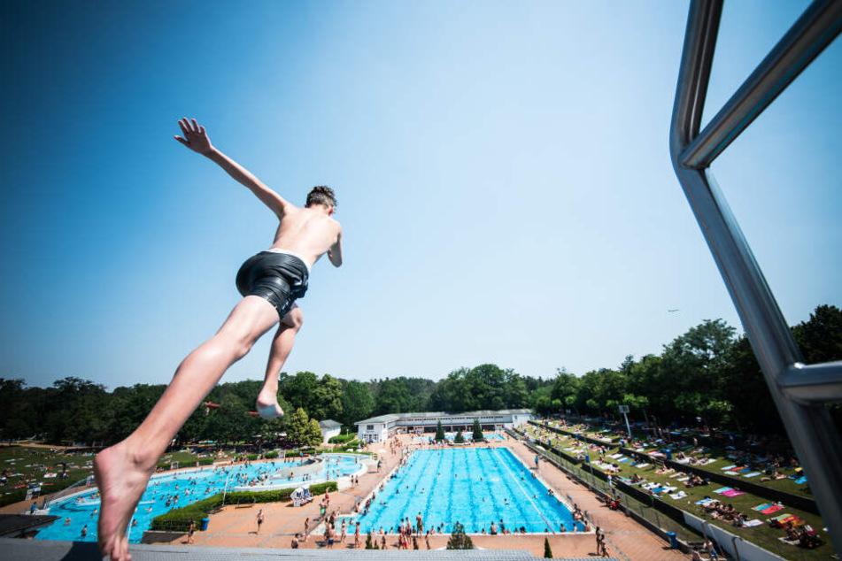 Auch der Besuch im Schwimmbad fällt in den nächsten Tagen wieder in den Bereich des Möglichen (Symbolbild).