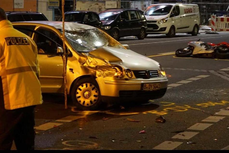 Der Biker war in die rechter fordere Seite des Autos geknallt. die Frontscheibe des VWs ist völlig zerstört.