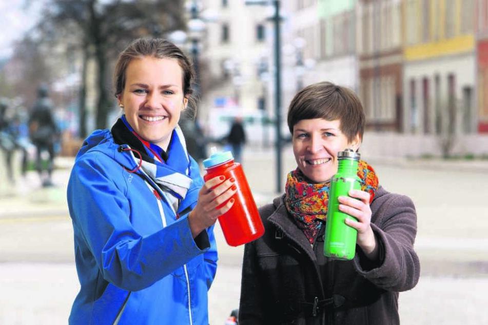 """Durst stillen - Wasser nachfüllen! Die erste """"Refill-Station"""" in Chemnitz ist  von Meike Roden (25) und Susann Mäder (33, v.l.) eröffnet worden."""