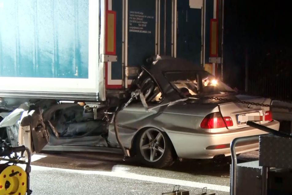 Der BMW wurde durch die Wucht des Aufpralls teilweise unter den Lkw geschoben.