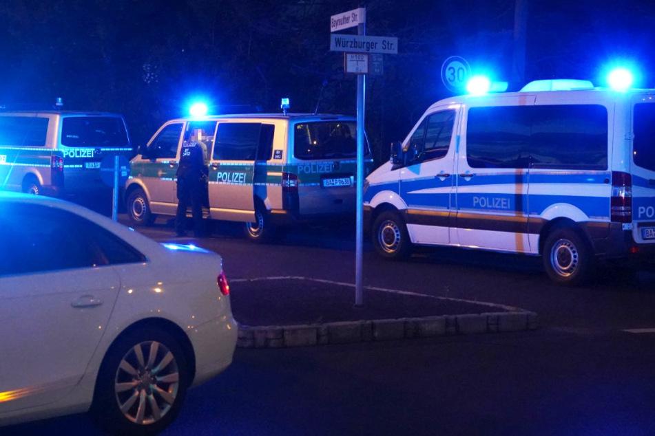 Das Foto zeigt Einsatzwagen der Polizei am Sonntagabend in der Bayreuther Straße in Aschaffenburg.