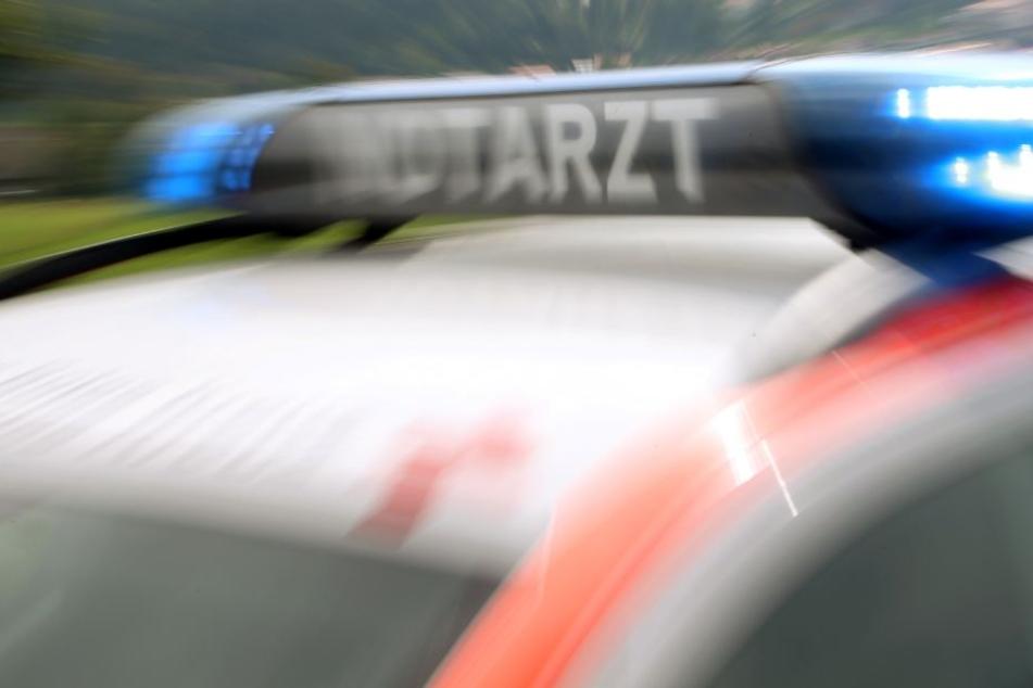 Der Radfahrer wurde mit Knochenbrüchen in ein Krankenhaus gebracht (Symbolbild).
