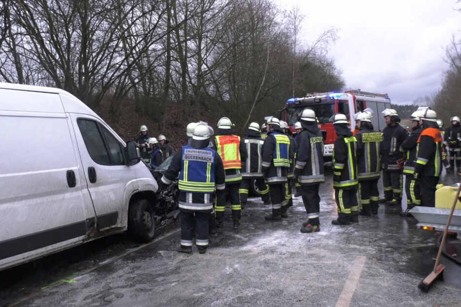 Zahlreiche Rettungskräfte stehen an der Unfallstelle.