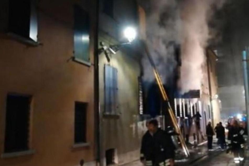 Die Flammen aus der Polizeistation griffen auf ein benachbartes Miethaus über.
