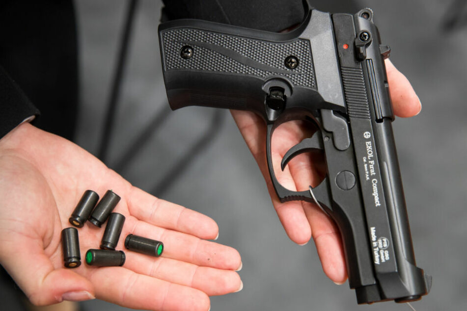 Die Beamten fanden in einem der Wagen Schreckschusswaffen und Munition. (Symbolbild)