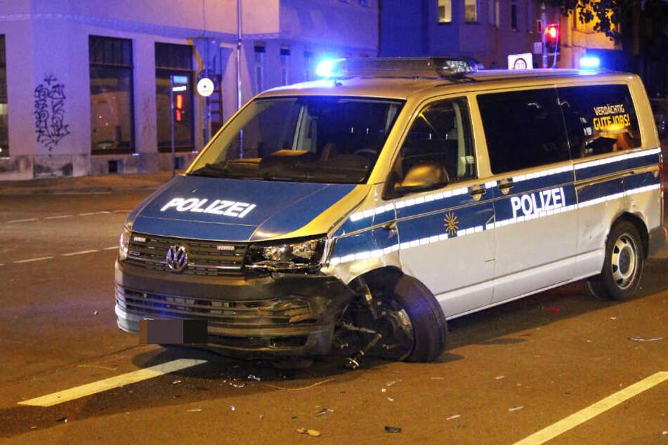 Im Einsatz: Polizei-Wagen und Auto krachen im Leipziger Osten zusammen