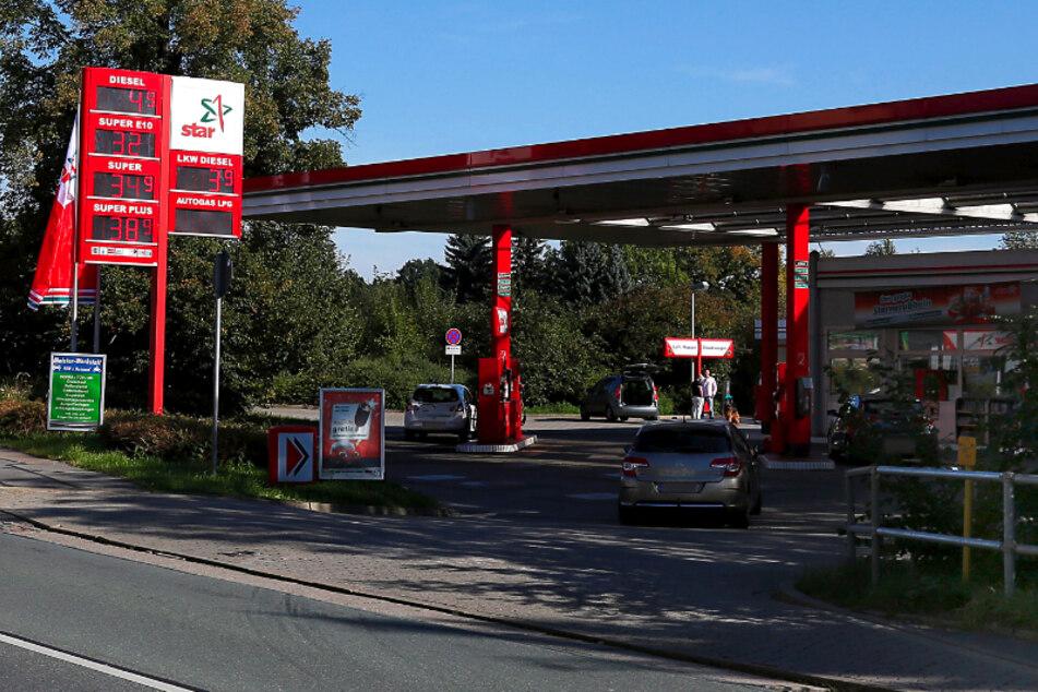 Die Star-Tankstelle in der Helbersdorfer Straße: Hier bedrohte ein Unbekannter am Samstagnachmittag eine Verkäuferin und forderte Zigaretten (Archivbild).