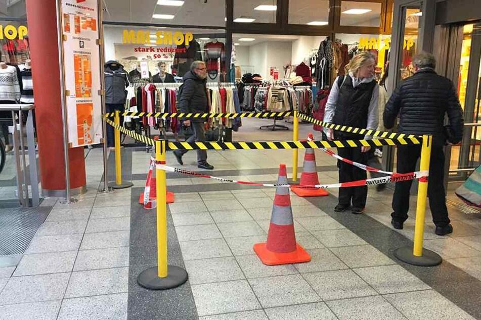 Die Polizei hat einen Bereich in dem Einkaufszentrum abgesperrt.