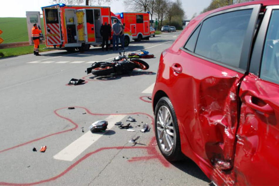 Als eine 20-Jährige abbiegen wollte, krachte eine Bikerin in ihr Auto.