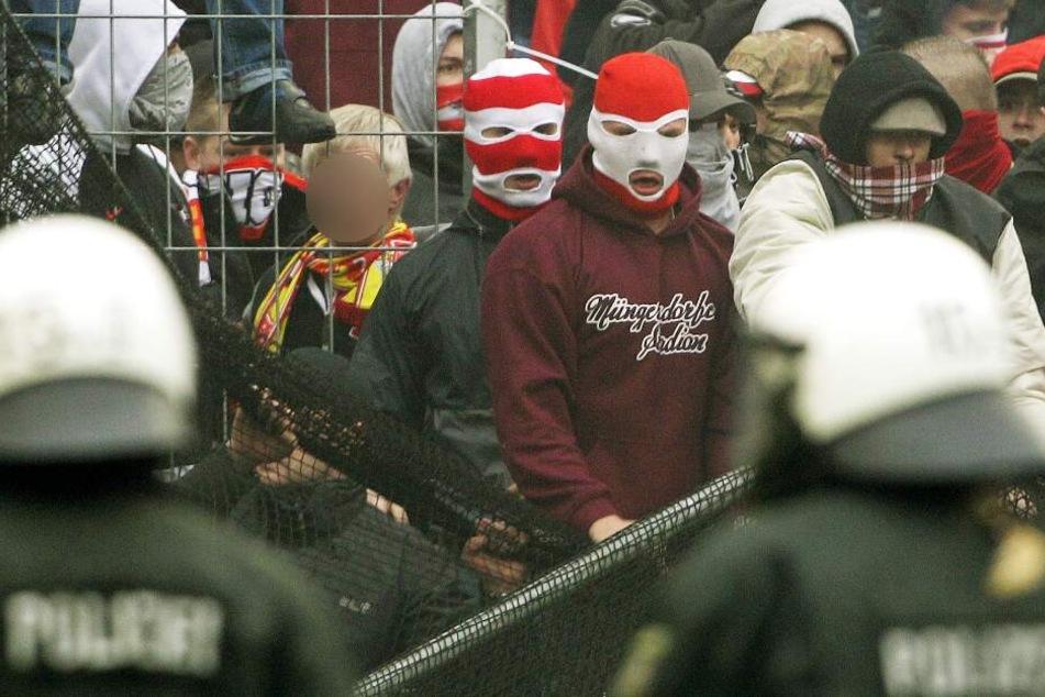 Die Polizei möchte am Samstag Ausschreitungen zwischen den Fanlagern aus Köln und Mönchengladbach verhindern (Symbolbild).
