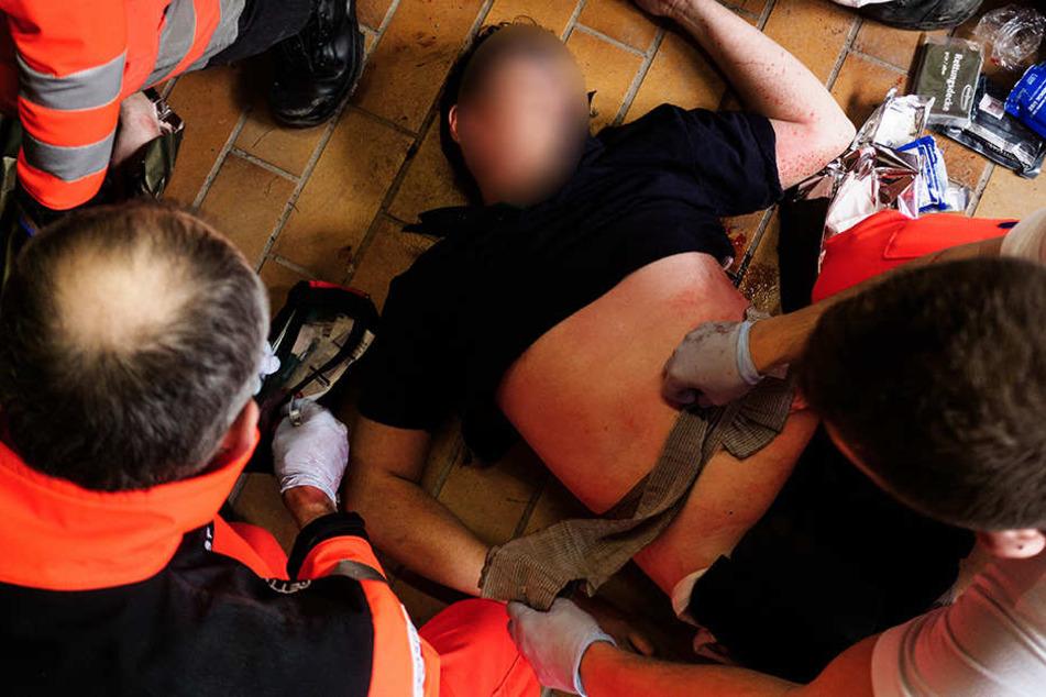 Ein 61-jähriger Sanitäter wollte einem Betrunkenen (43) helfen und wurde von ihm mehrfach mit der Faust ins Gesicht geschlagen. (Symbolbild)