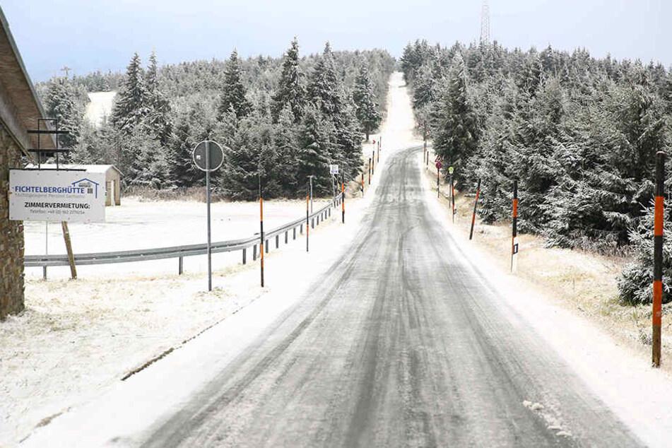 Beim Weg zur Arbeit sollte man morgen besonders im Erzgebirge vorsichtig sein, denn auch in tieferen Lagen kann es schneien.