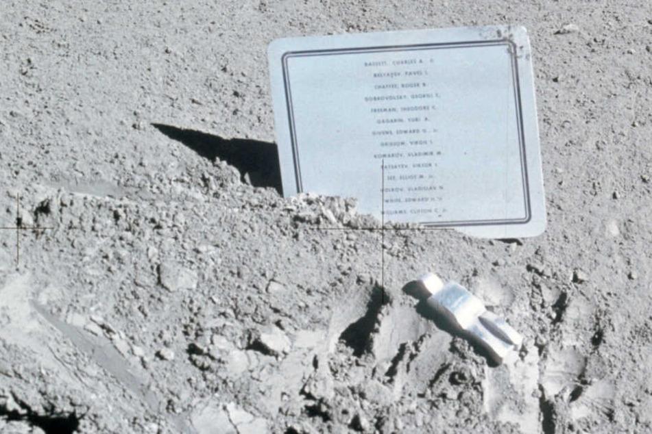 Das Kunstwerk Fallen Astronaut erinnert an verstorbene Raumfahrer und wurde auf dem Mond platziert.