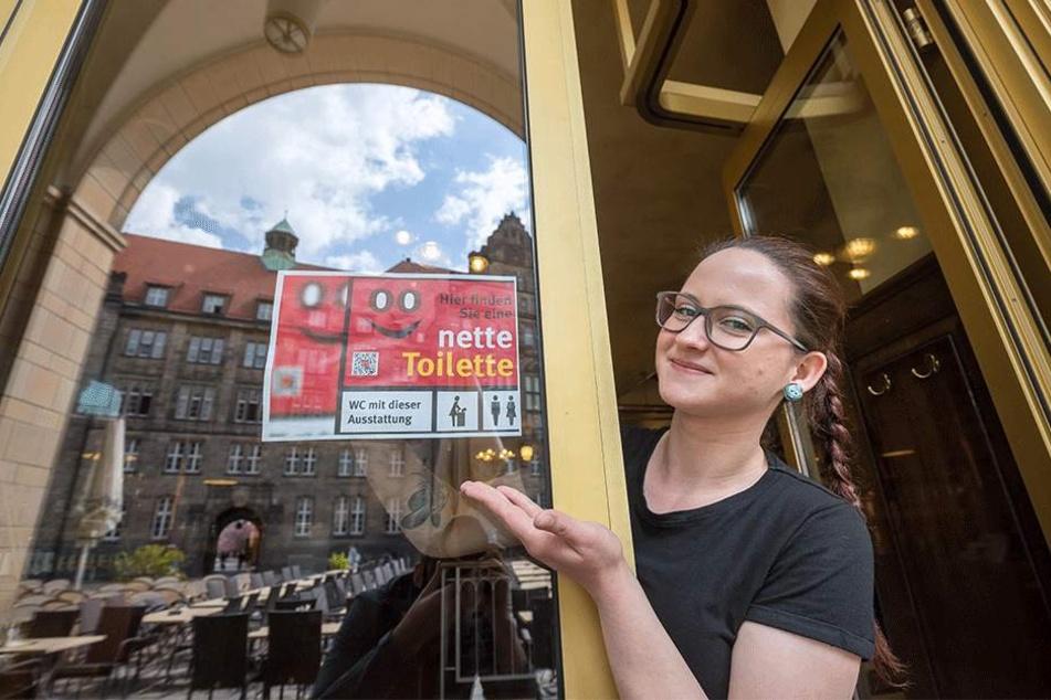 """Im Sommer startet die """"Nette Toilette"""" in Chemnitz. Anne-Katrin Feudel (22) hat das Schild am Eingang des Turmbrauhauses angebracht."""