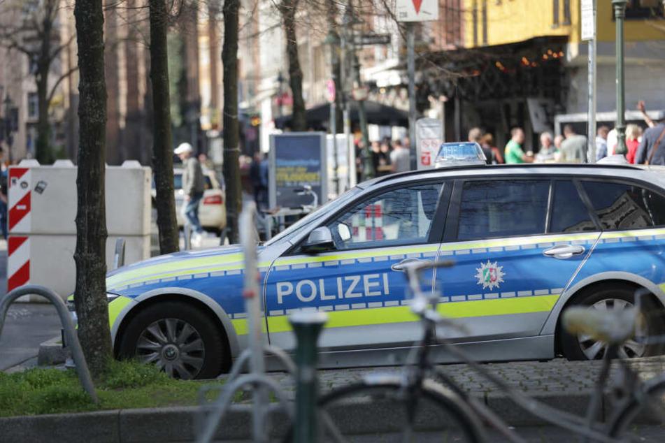Ein Polizeiauto bei der Razzia.