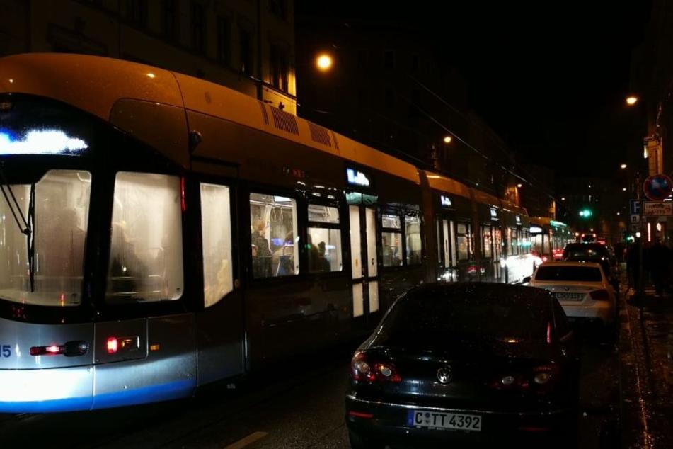 Auf der Jahnallee müssen sich Fahrzeuge und Straßenbahnen eine Fahrspur teilen.