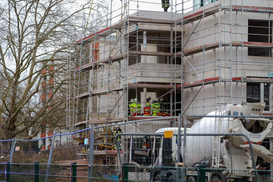 In Köln ist am Freitag aus unbekannter Ursache ein Baugerüst eingestürzt.