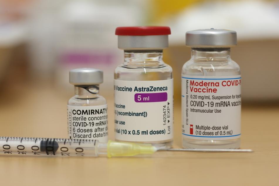 Ampullen mit dem Corona Impfstoff von Biontech Comirnaty , AstraZeneca und Moderna.