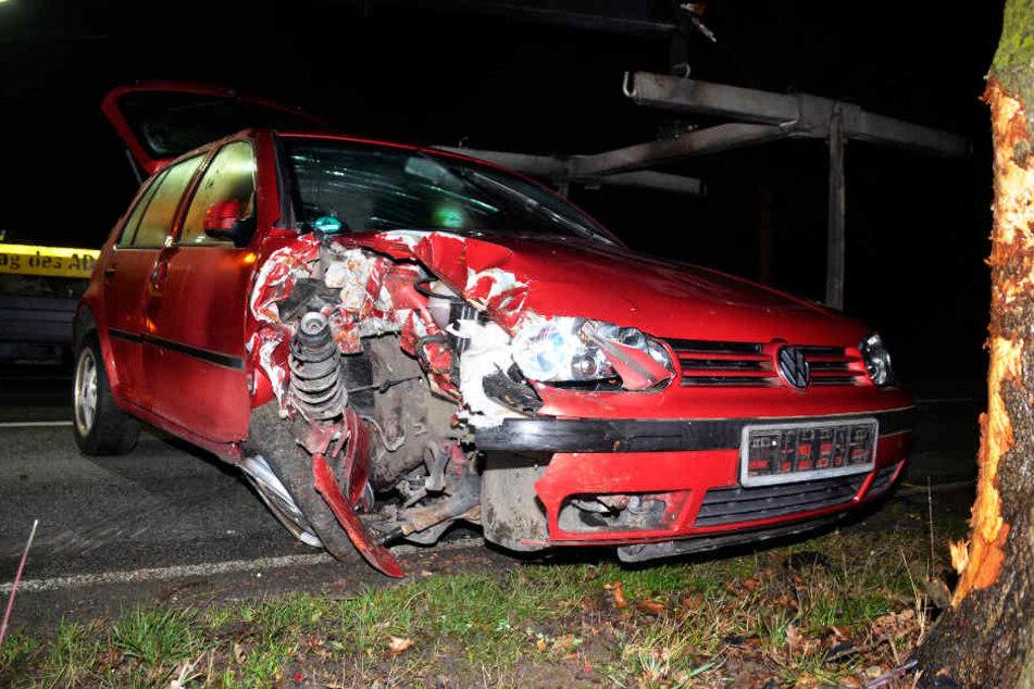 Die Fahrerin wurde bei dem Unfall leicht verletzt, ihre Beifahrerin blieb unverletzt.