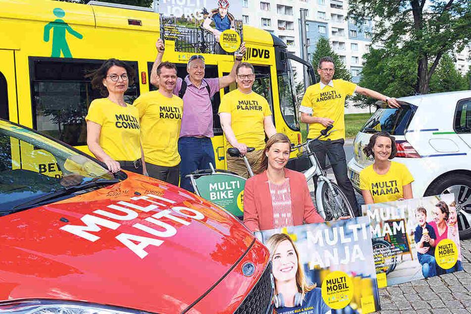 Zusammen mit vielen anderen werben Jörg Wendisch (62;v.l.) Anja Maatz (33)  und Kathrin Socher (35) mit eigenen Plakaten für Alternativen zum Auto.