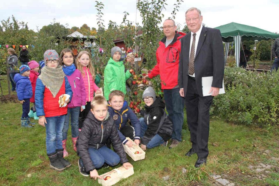 Die Knirpse sammeln Obst, für Garten-Chef Silvio Botzenhardt (50,  2.v.r.) gab es von Peter Paschke (60, r.) eine Auszeichnung.