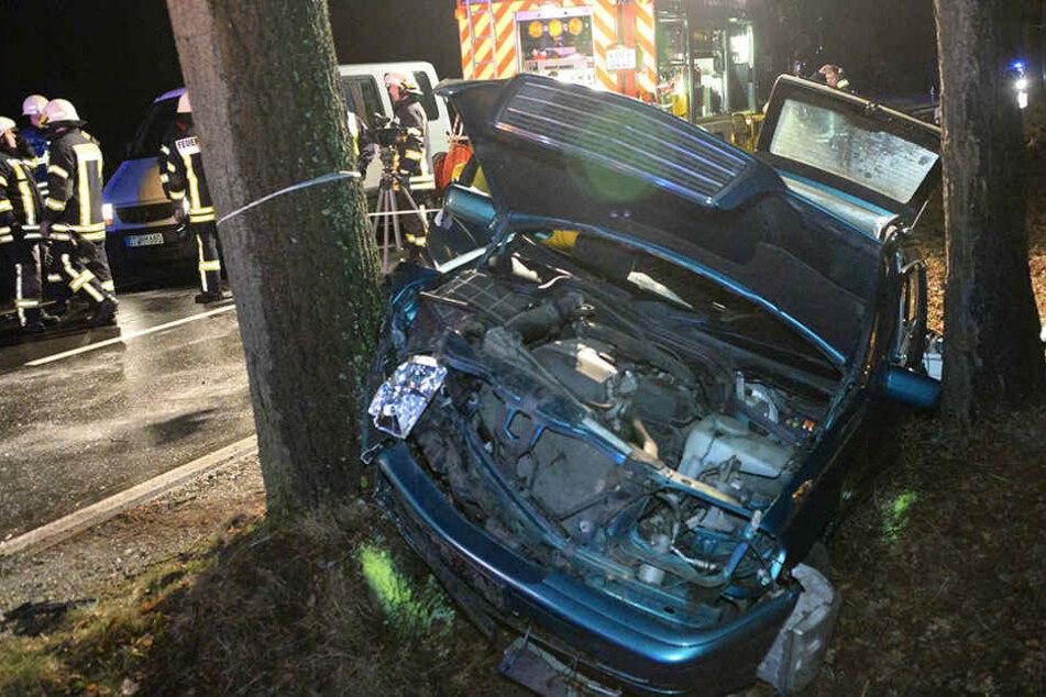 Der Mercedes klemmte zwischen zwei Bäumen fest.
