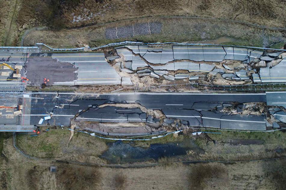 Bagger stehen bereit zum Rückbau des Straßendammes an dem zerstörten Teilstück der Autobahn 20 bei Tribsees (Landkreis Vorpommern-Rügen).