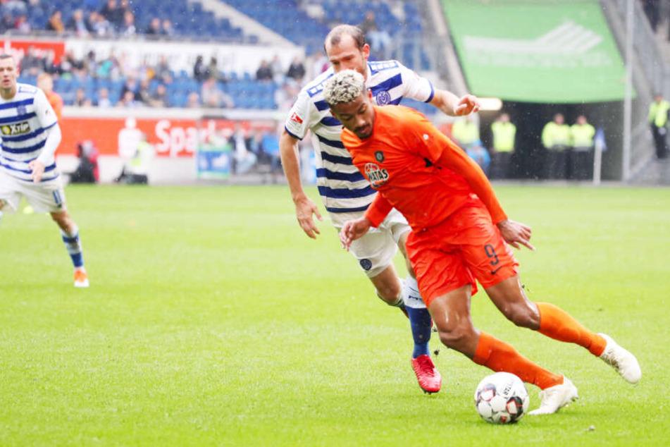 Sebastian Neumann (verdeckt) für den MSV Duisburg im Duell mit dem damaligen Auer Emmanuel Iyoha.