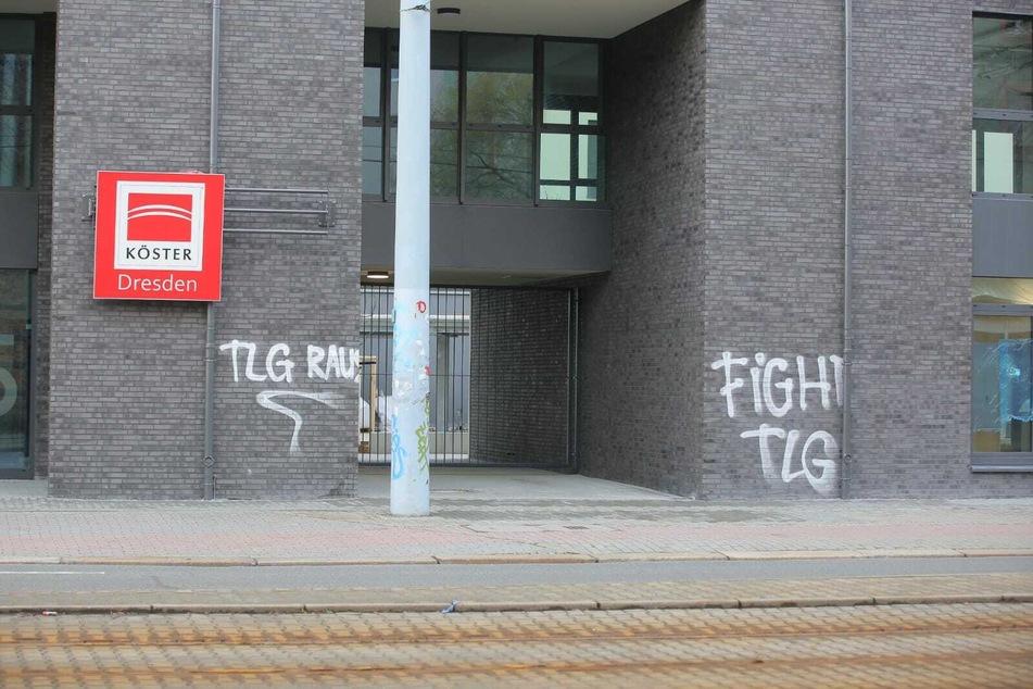 Die Graffiti wurden bereits am heutigen Donnerstagmorgen von Experten unter die Lupe genommen und sollen zeitnah entfernt werden.