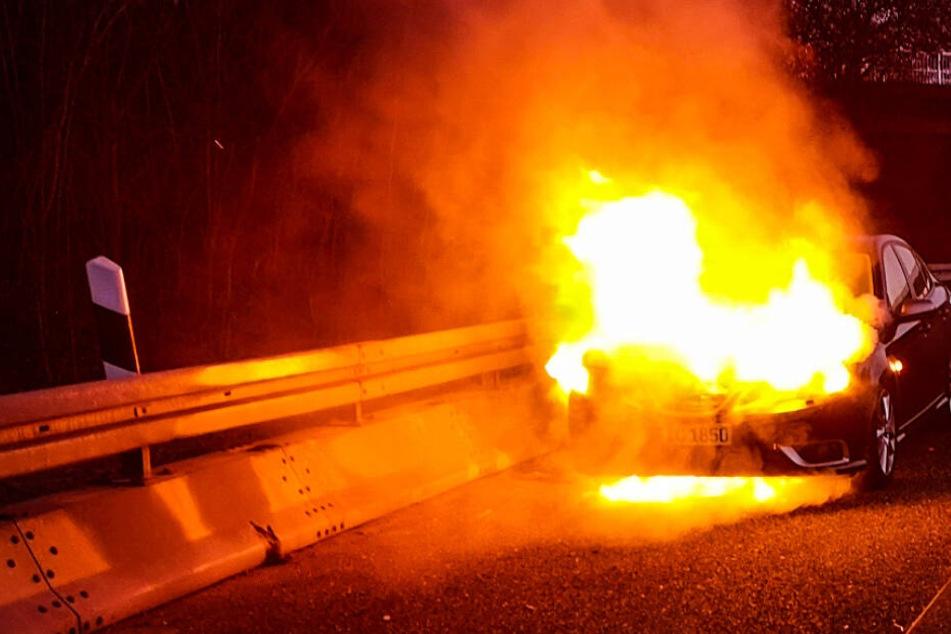 Hohe Flammen schlugen aus dem Motor des Wagens.