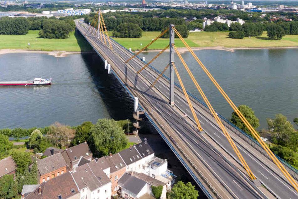 Die Autobahnbrücke über den Rhein bei Duisburg wird saniert und künftig erneuert.