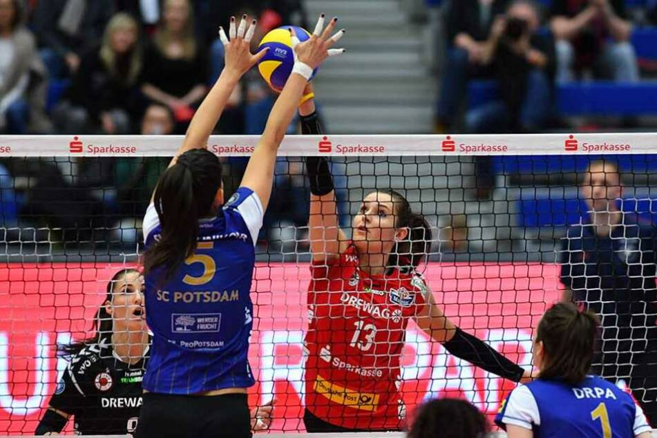 Hier kann DSC-Angreiferin Eva Hodanova (mi.) sich gegen die Potsdamerinnen durchsetzen.