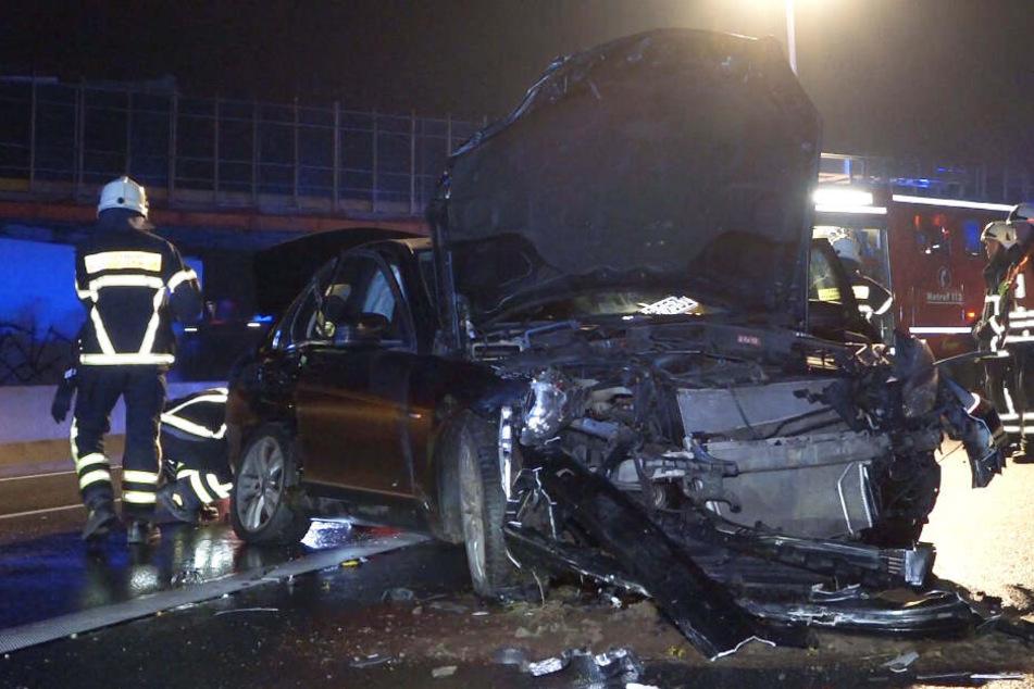 Ein Laster hatte nicht mehr rechtzeitig bremsen können und war in den Mercedes gekracht.