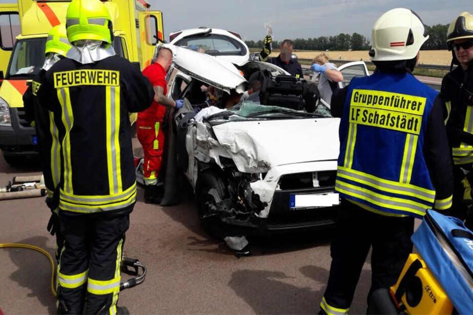 Die Rettungskräfte mussten den eingeklemmten und schwer verletzten Beifahrer aus dem Auto befreien.